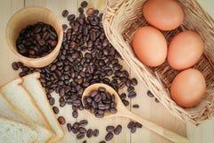 咖啡豆、面包和鸡蛋 库存照片