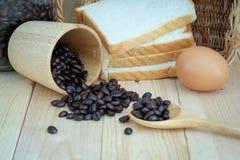 咖啡豆、面包和鸡蛋 库存图片