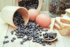 咖啡豆、鸡蛋和面包 库存照片