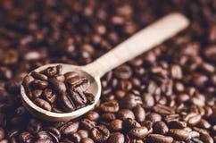 咖啡豆匙子  背景 能量 原始豆的咖啡 成颗粒状的产品 热的饮料 关闭 收获 自然本底 免版税库存照片