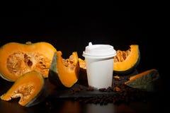 咖啡豆南瓜香料拿铁营养recipie嘲笑  切开南瓜咖啡豆和白皮书杯子咖啡休息的与a 免版税库存照片