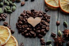 咖啡豆和一个木心脏特写镜头 免版税图库摄影