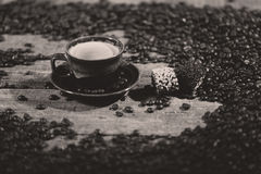 咖啡豆和一些点心 库存图片