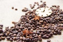 咖啡豆和八角在桌上驱散 免版税库存照片