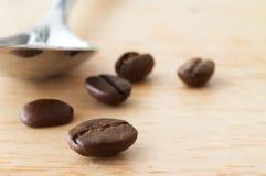 咖啡豆和匙子 库存照片