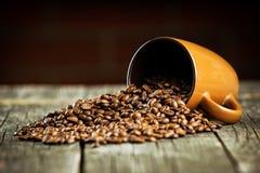 咖啡豆和咖啡杯 免版税库存照片