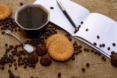 咖啡豆和巧克力糖在麻袋布关闭 咖啡和甜点背景 免版税库存照片