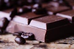 咖啡豆和巧克力 免版税图库摄影