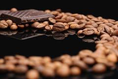 咖啡豆和巧克力 免版税库存图片