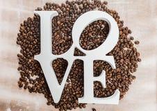 咖啡豆和木信件与词爱 免版税库存图片