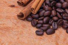 咖啡豆和桂香 库存照片
