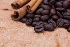 咖啡豆和桂香 图库摄影