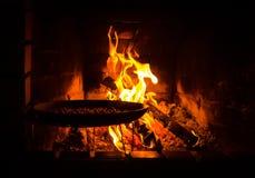 咖啡豆和火在壁炉边 库存图片