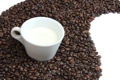 咖啡豆和牛奶 库存照片