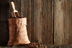 咖啡豆和瓢在大袋 图库摄影