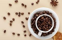 咖啡豆和白色咖啡 库存图片