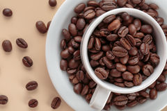 咖啡豆和白色咖啡 免版税库存照片