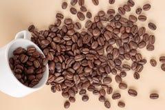 咖啡豆和白色咖啡 免版税库存图片