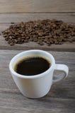 咖啡豆和白色杯子的图象 库存照片