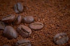 咖啡豆和粒子背景 免版税库存照片