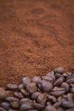 咖啡豆和粒子背景 免版税库存图片