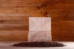 咖啡豆和纸袋 免版税库存图片