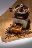 咖啡豆和老咖啡碾 图库摄影