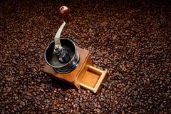 咖啡豆和老手研磨机 库存图片