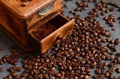 咖啡豆和老研磨机 图库摄影