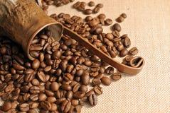 咖啡豆和葡萄酒铜土耳其咖啡罐(cezve或ibrik)在布料大袋 库存图片