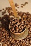 咖啡豆和葡萄酒铜土耳其咖啡罐(cezve或ibrik)在布料大袋 库存照片