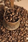 咖啡豆和葡萄酒铜土耳其咖啡罐(cezve或ibrik)在布料大袋 免版税库存图片