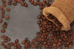 咖啡豆和袋子 免版税库存照片