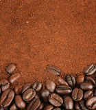 咖啡豆和被颗粒化的速溶咖啡 图库摄影
