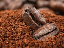 咖啡豆和被颗粒化的速溶咖啡 库存照片