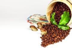咖啡豆和金钱 公平交易 咖啡销售  商品贸易 新鲜豆的咖啡 免版税图库摄影