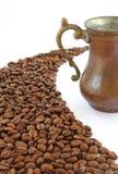 咖啡豆和铜杯 免版税库存图片