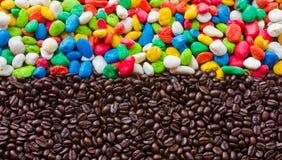 咖啡豆和颜色石背景 免版税库存图片