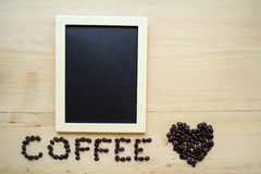 咖啡豆和黑板 库存照片