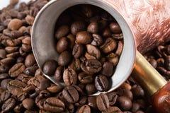 咖啡豆土耳其咖啡罐 免版税库存图片