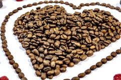咖啡豆在双重心脏在白色背景塑造 库存照片
