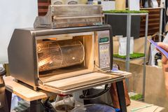 咖啡豆在咖啡烘烤器被烤 混合的烤coff 库存图片