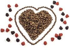 咖啡豆在心脏塑造与线在心脏附近用胶粘的糖果 免版税图库摄影