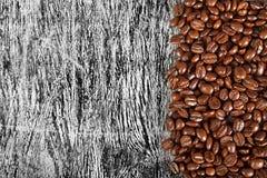 咖啡豆在木背景的 库存照片