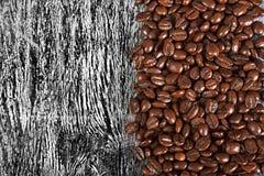 咖啡豆在木背景的 库存图片