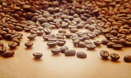 咖啡豆在浅褐色的纸instagram窗框的 免版税库存照片