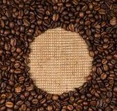 咖啡豆在粗麻布分散 免版税图库摄影