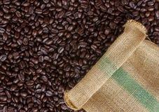 咖啡豆在袋子背景中 库存照片