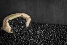 咖啡豆在袋子背景中 免版税库存图片