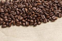 咖啡豆堆在粗麻布的 免版税库存照片